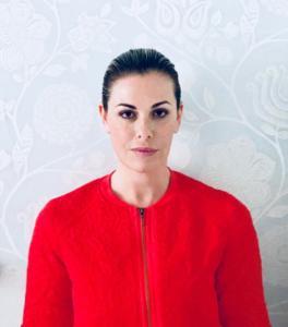 La maglietta rossa non era abbastanza elegante. Vanessa Incontrada ha scelto un capo firmato per sposare la causa. Un selfie che per la carriera può sempre tornare utile