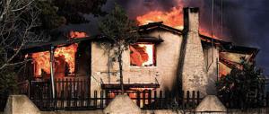 Non si ferma l'inferno di fuoco ad Atene: si temono oltre cento morti (video)