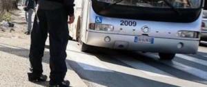 Pervertito molesta ragazzine sul bus, loro lo fotografano e lo fanno arrestare
