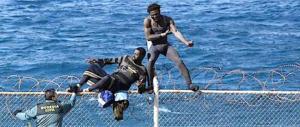 Ceuta: violento assalto di 800 clandestini, 600 passano il confine