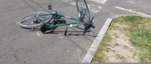 Un ciclista lo investe, lui resta incolume e se ne va: pedone denunciato