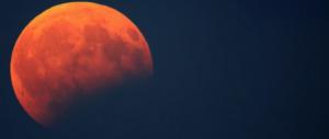 L'eclissi di luna conquista gli italiani: tutti in strada a godersi lo spettacolo (video)