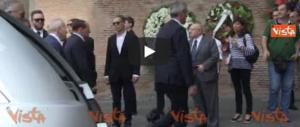 L'ultimo saluto a Carlo Vanzina: una folla commossa di vip e fan (video)