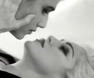 Galeotto fu il bacio saffico, modella denuncia: «Madonna mi ha stalkerato» (video)