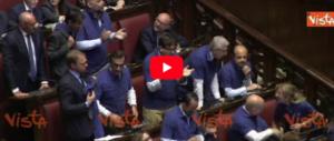 FdI indossa le magliette azzurre alla Camera. E Fico s'infuria (video)