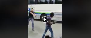 Migrante armato semina il terrore a Milano, poliziotto lo disarma (video)