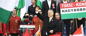 Orban lancia il fronte anti-clandestini per le europee: riportiamoli in Africa