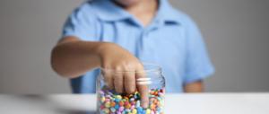 Non dobbiamo premiare i figli con il cibo. È sbagliato e rischioso