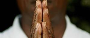 Scopre l'ex moglie in intimità col prete africano e finisce kappaò