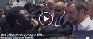 Salvini nella baraccopoli: «Non si può vivere così, sfido i buonisti a venire qui» (video)