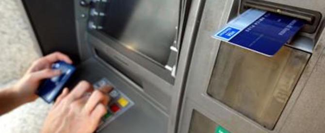 Rubavano codici di carte e bancomat da uno sportello di Piazza Navona: arrestati 2 bulgari