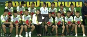 """Thailandia, i """"cinghialotti"""" tornano a casa: «Così siamo sopravvissuti fino al miracolo» (video)"""