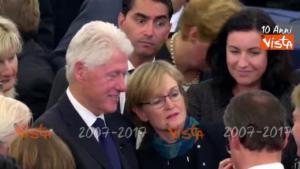Funerali dello statista tedesco Helmut Kohl. C'è la fila per fare i selfie con Bill Clinton