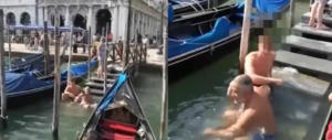 Gondoliere umilia turisti francesi che si fanno il bagno a piazza San Marco (video)