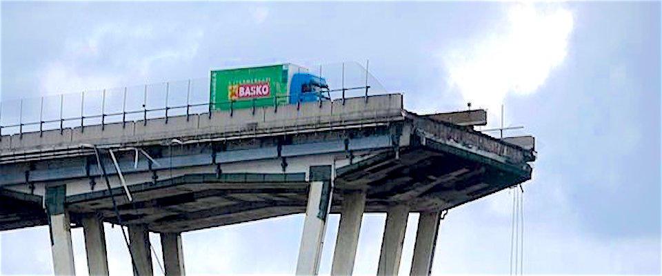 L'autista: «Il ponte Morandi crollato davanti a me, ho visto le auto precipitare»