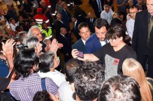 Caduta di stile di Matteo Salvini, senza se e senza ma. Ma la brutta moda è in voga da tempo ovunque