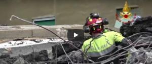 Ponte Morandi, i soccorritori scavano ventiquattr'ore su 24 (3 video)