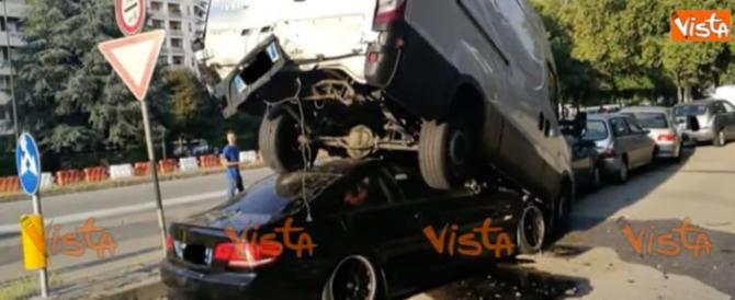 Schianto a Torino, rumeno a folle velocità finisce sotto un furgone (video)