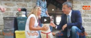 «Qui la zampa, saluta il ministro»: Costa dalla cagnolina Mia (video)
