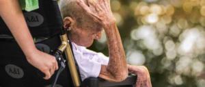 Badante aguzzina costringe un anziano ottantenne a mangiare l'erba