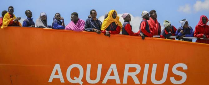 Mamma li turchi: l'Aquarius pronta a scaricarci altri migranti con la bandiera di Ankara