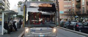 Roma, rumeno vuole scendere dal bus fuori fermata. E prende a calci l'autista