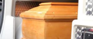"""Si chiude in una bara di legno su """"invito"""" di una setta e muore soffocata"""