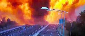 Apocalisse in tangenziale a Bologna: esplosioni a catena, morti e feriti (video)