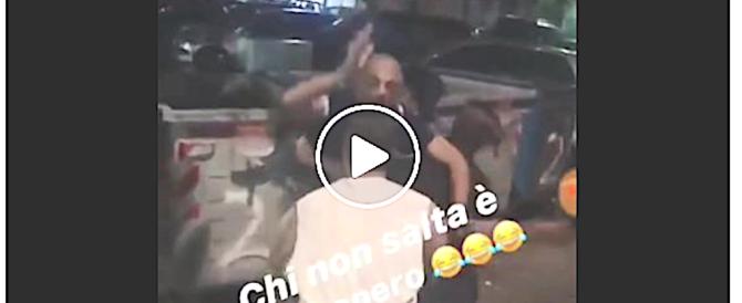 Bullismo a Napoli, lancio di un uomo nel cassonetto e botte nel metrò (video)