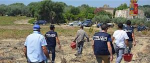 Caporalato: senegalese fugge con un furgone e sperona le auto della polizia