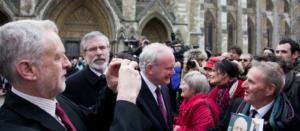 Jeremy Corbyn scatta foto al funerale dell'ex segretario dei Labour, Tony Benn