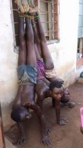 Al Papa hanno mostrato questa foto dicendo che sono migranti in Libia. In realtà, sono criminali arrestati in Nigeria