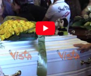 Genova, la bara bianca del piccolo Samuele coperta dai peluche (2 video)