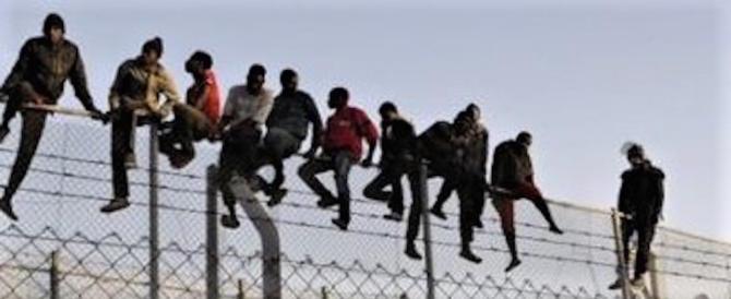 Rivolta degli immigrati a Potenza: si denudano sui tetti e lanciano di tutto