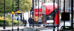 Auto sulle barriere di Westminster: pedoni investiti, conducente arrestato