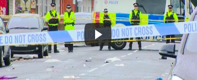 Sparatoria tra gang durante il carnevale di Manchester: 10 feriti (video)