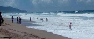 Paura in Sardegna: bagnino salva 6 persone travolte dal mare in burrasca