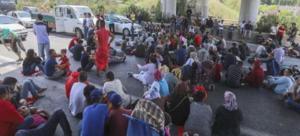 Profughi in autostrada ad Atene