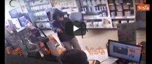 Torino, assalgono farmacie e hotel con mascherine antismog e coltelli (video)