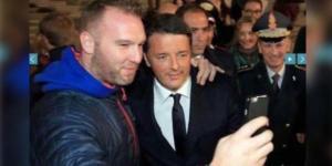 All'uscita della camera ardente di Tina Anselmi, Renzi si concede un selfie con un fan