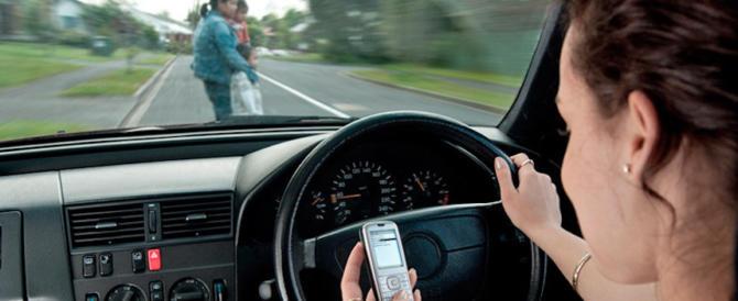 """Toninelli: """"Toglieremo la patente a chi usa lo smartphone in auto"""""""