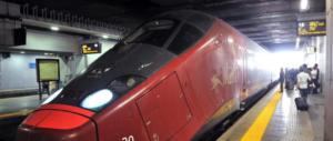 Stazione di Napoli, anziano si accascia: infarto. La corsa per salvarlo