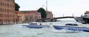 Nuova tragedia a Venezia, barca si ribalta per un'onda anomala: un morto e 4 feriti