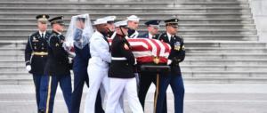 Oggi a Washington i funerali di McCain: Trump non ci sarà