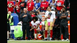 Colin Kaepernick durante la sua protesta contro Trump