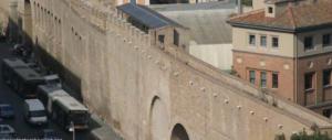 Roma si sbriciola, si staccano frammenti del Passetto di Borgo