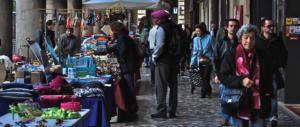 Roma, straniero senza fissa dimora trascina una donna a terra e la rapina