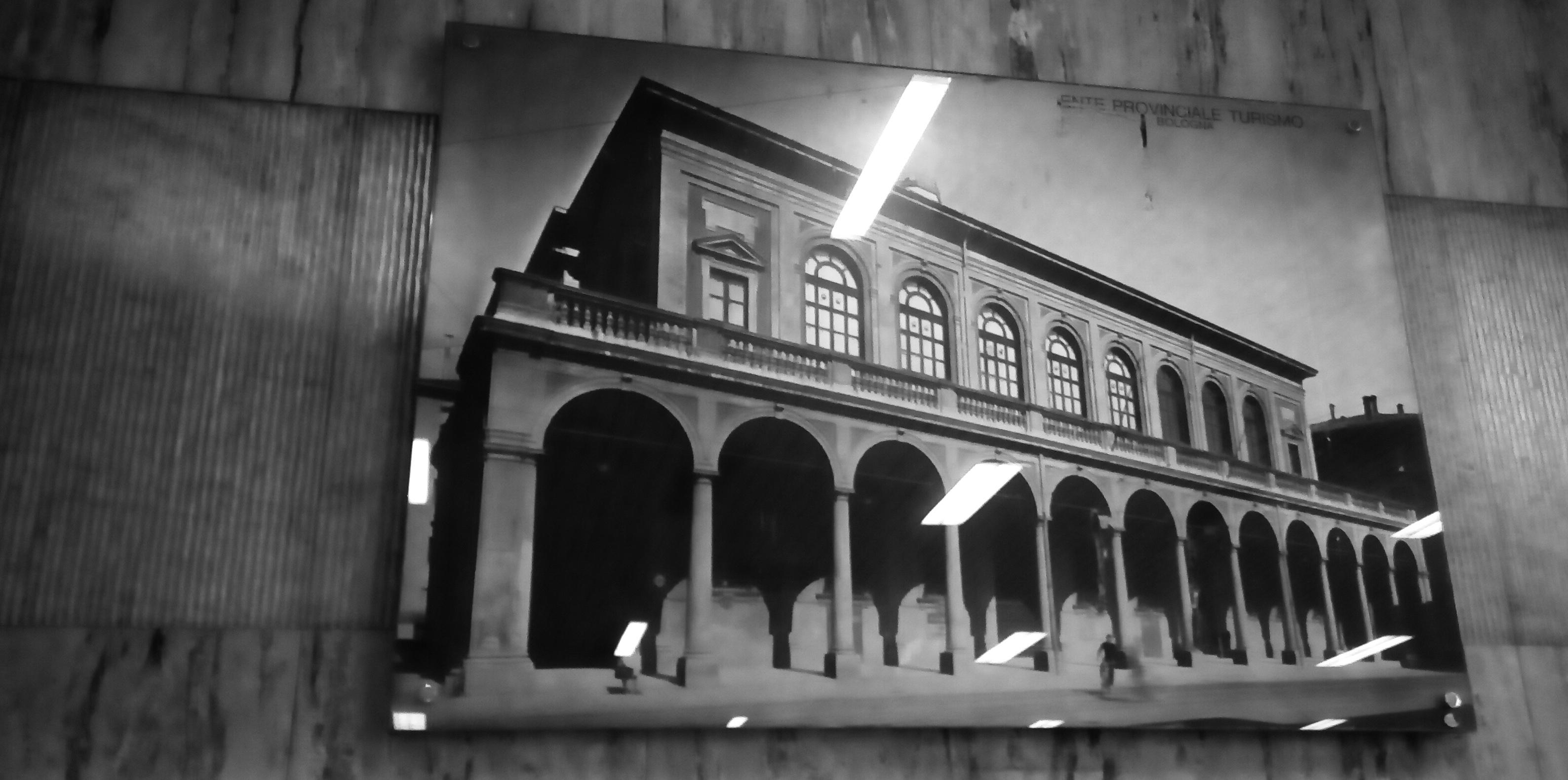 Il cartellone pubblicitario della stazione di Bologna su cui è stato trovato il tritolo