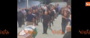 Saluto fascista al funerale, la Digos identifica 23 persone: denunciate