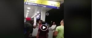 Paura in stazione, violenta rissa tra immigrati: donne e bambini in fuga terrorizzati (VIDEO)